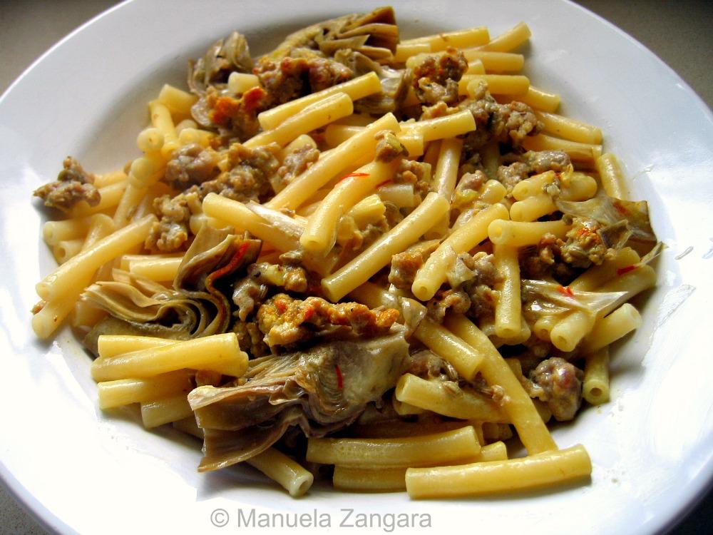 Pasta with sausage, artichokes and saffron